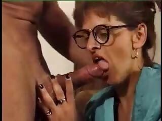 busty amateur mädchen mit brille
